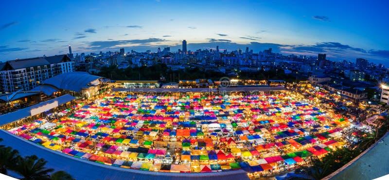 Marché de nuit à Bangkok, achats d'occasion photos stock