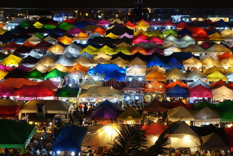 Marché de nuit de Talad Rod Fai, Bangkok photographie stock libre de droits