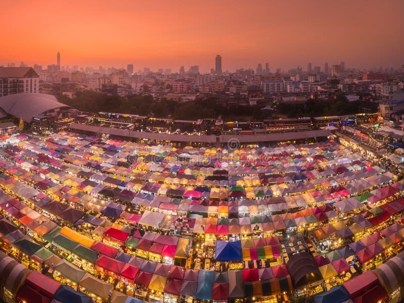 Marché de nuit de train de Ratchada avec la nourriture et les vêtements de rue à Bangkok, Thaïlande image libre de droits