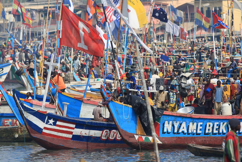 Marché de poissons africain sur l'eau dans Elmina photo libre de droits