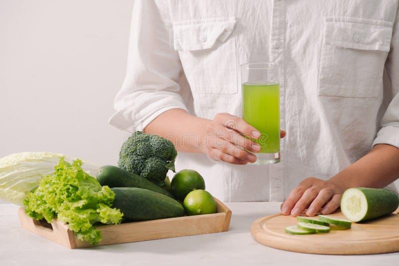 marché E Légumes frais, baies, verts et fruits dans le plateau en bois : pois de radis de concombres blanc image stock