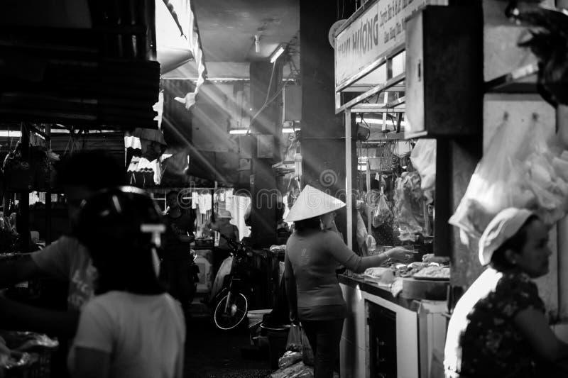 Marché en plein air au Vietnam avec la belle lumière images stock