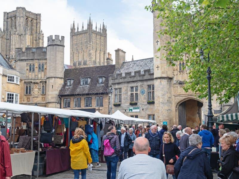 Marché en plein air dans la lie d'une cathédrale médiévale R-U photos libres de droits
