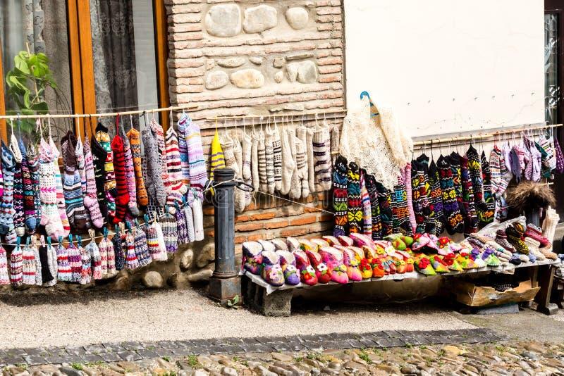 March? en plein air dans la ville de Signagi, les chaussettes, les pantoufles de laine et les souvenirs lumineux se vendant sur l photos stock