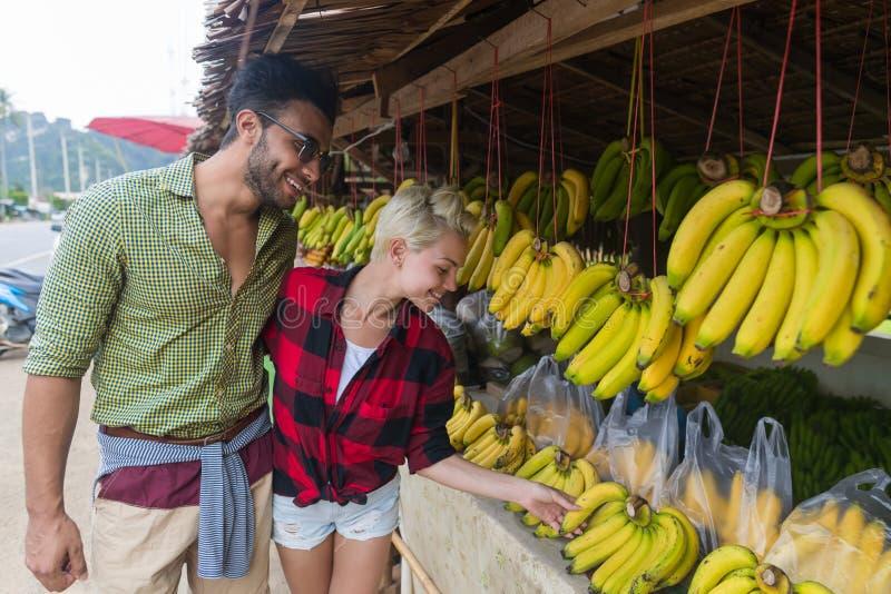 Marché en plein air de fruits d'Asiatique de couples achetant des vacances exotiques de touristes de nourriture fraîche, de jeune image stock