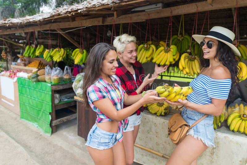 Marché en plein air de fruits d'Asiatique de groupe de Girld achetant la nourriture fraîche, vacances exotiques de jeunes tourist photo libre de droits