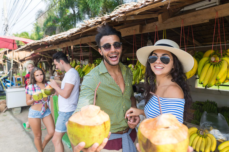 Marché en plein air de fruits d'Asiatique de noix de coco de boissons de couples achetant des vacances exotiques de touristes de  photographie stock libre de droits