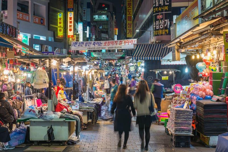 Marché en plein air de Namdaemun la nuit, Séoul, Corée du Sud images stock