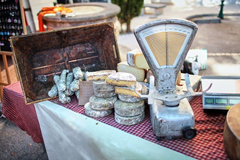 Marché en plein air Différentes sortes de fromage français sur le compteur W images libres de droits