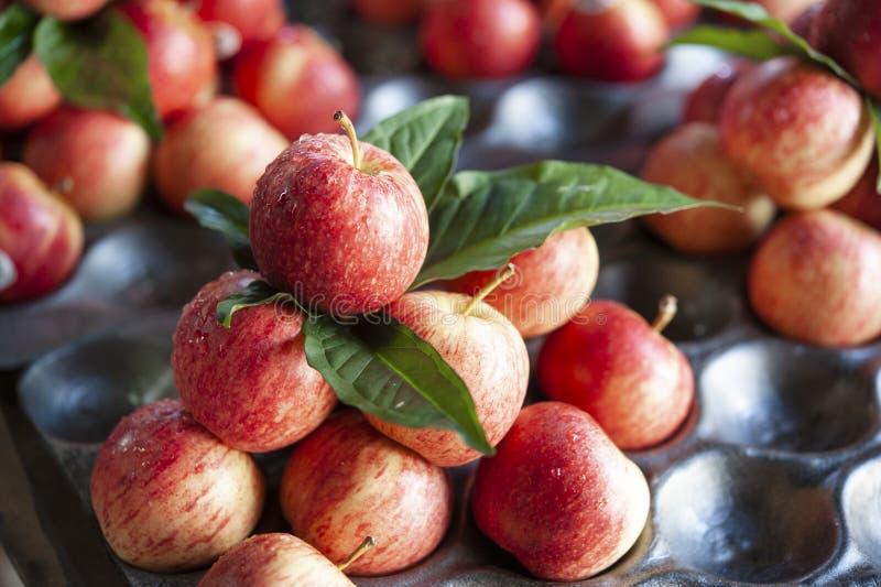 Marché en plein air rouge de pommes Thaïlande photo stock