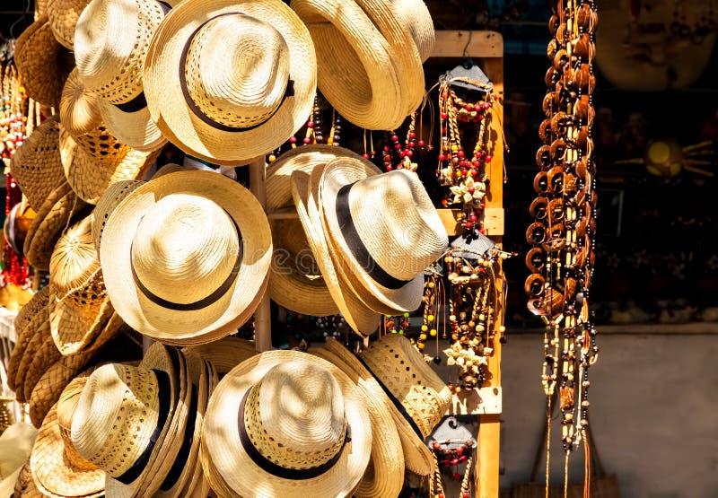 Marché en plein air touristique vendant des souvenirs au Cuba images libres de droits