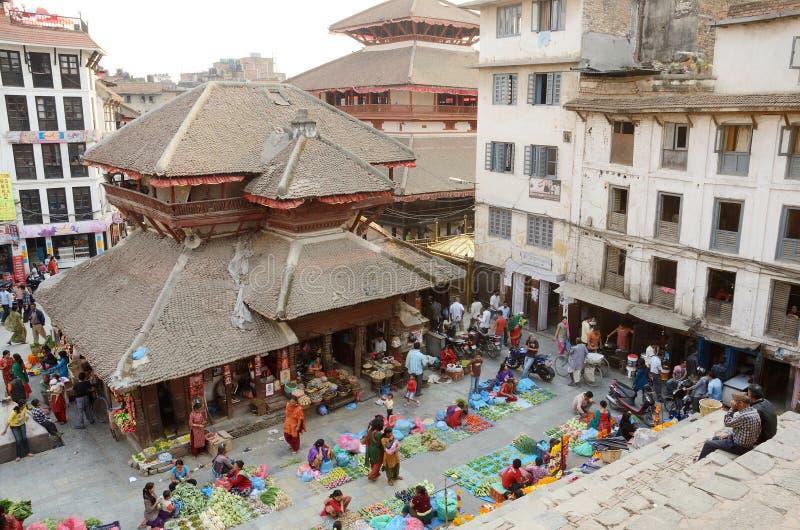 Marché en plein air végétal de visite de personnes à la place de Durbar, Katmandou images stock