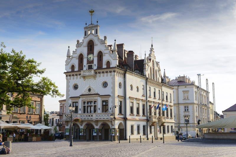 Marché et hôtel de ville dans Rzeszow, Pologne images libres de droits