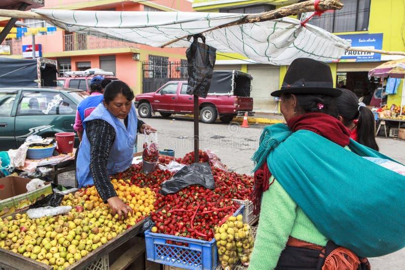 Marché intérieur dans Saquisili, Equateur image stock