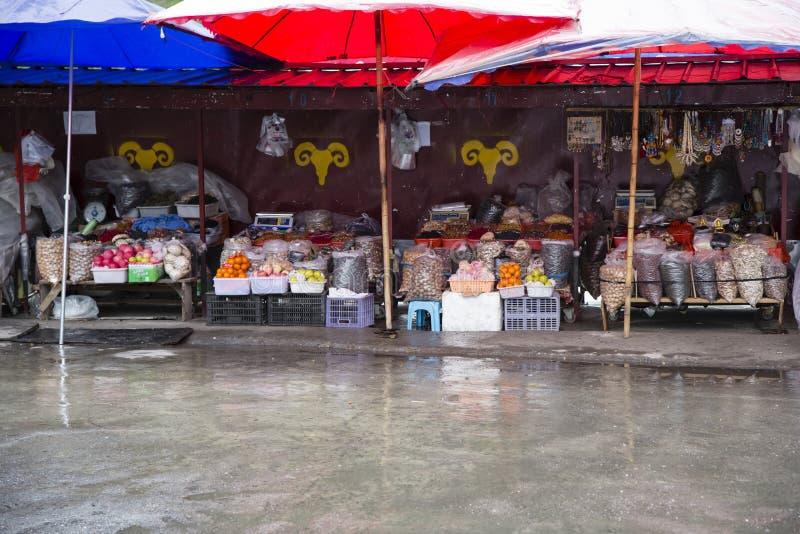 Marché tibétain coloré sous la pluie photographie stock libre de droits