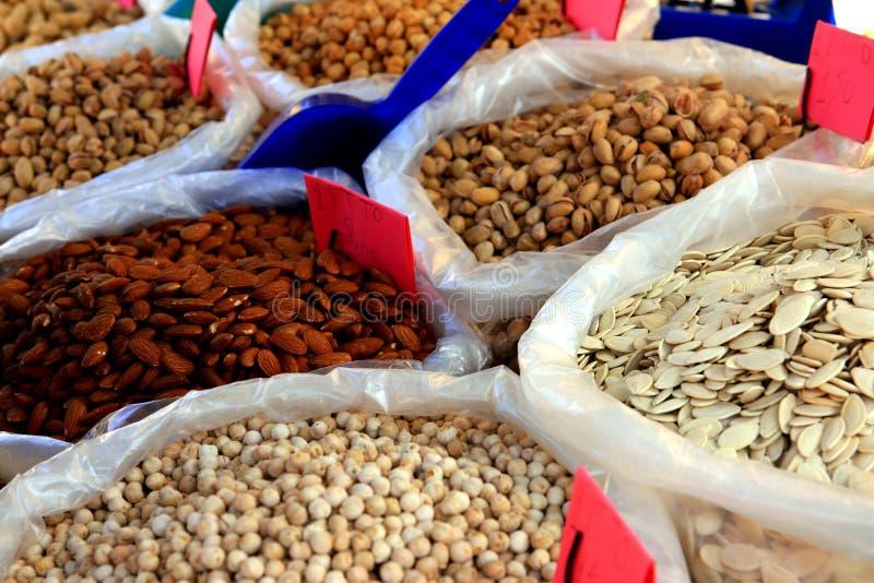 Marché traditionnel d'amandes et de pistaches de graines image libre de droits