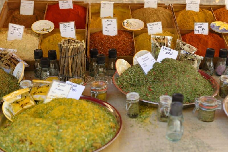 Marché traditionnel d'herbes en Provence images stock