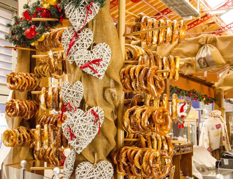 Marché traditionnel en Alsace Bretzel appelé par pâtisserie images stock