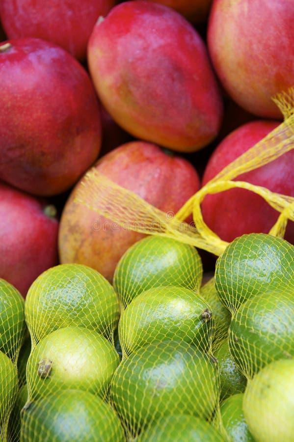 Marché tropical brésilien d'agriculteurs de chaux vertes brillantes rouges fraîches de mangues photos stock