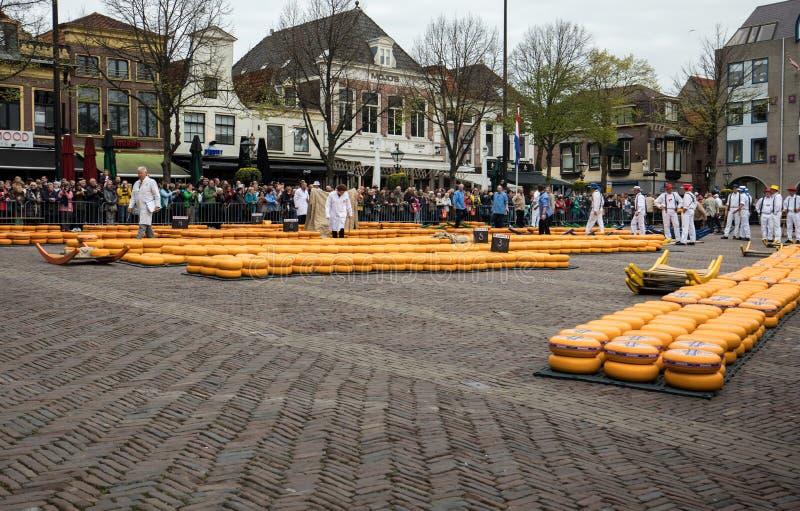 Marché typique de fromage de la ville d'Alkmaar aux Pays-Bas, un des seuls quatre marchés toujours traditionnels de fromage de Ho photo stock