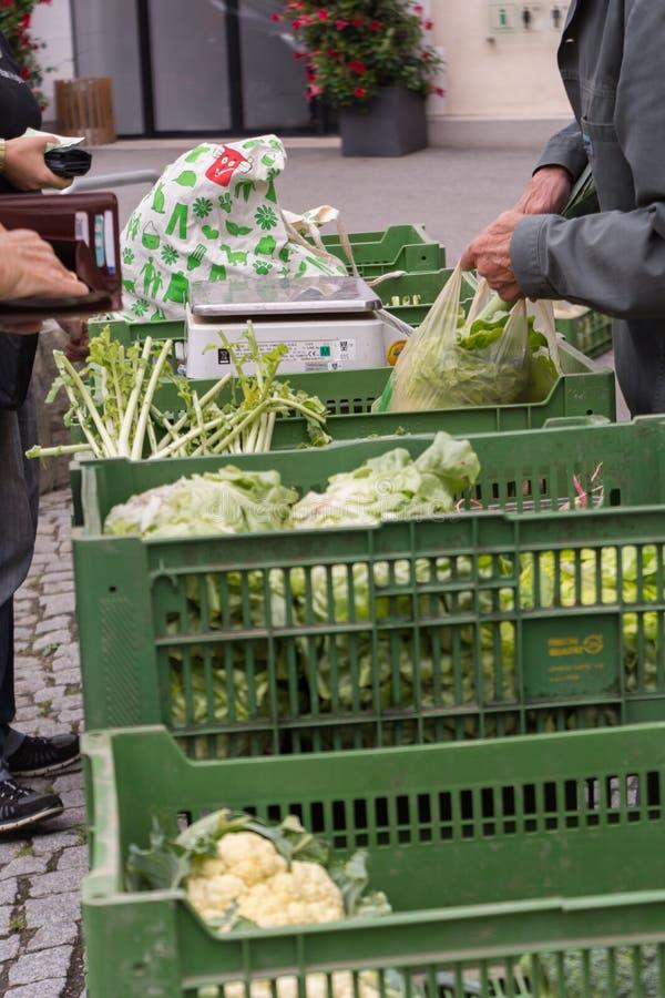Marché végétal avec les légumes frais images stock