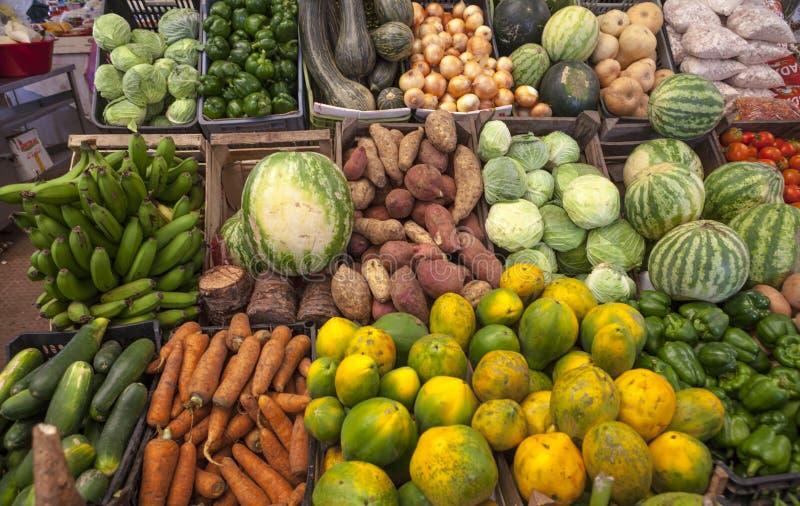 Marché végétal Légumes et fruits juteux frais sur le marché de village du Cap Vert photos stock