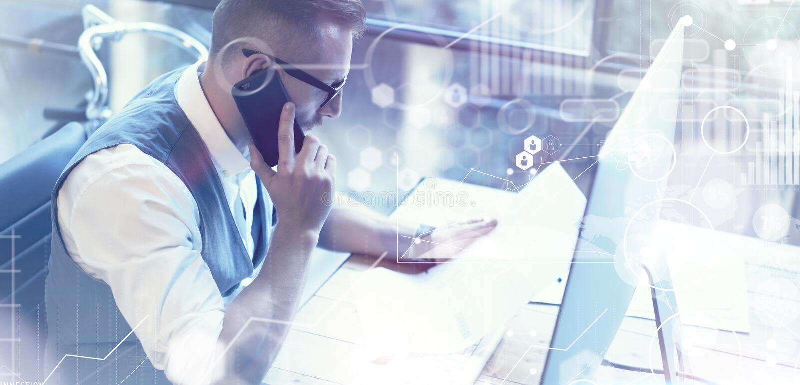 Marché virtuel Reserch d'interface de graphique de diagramme d'icône de connexion globale de concept Homme d'affaires barbu Makin images libres de droits