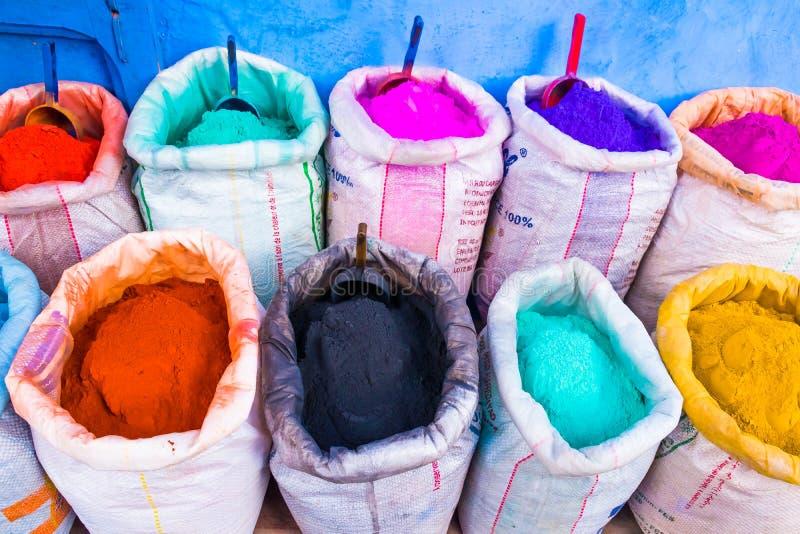 Marchés colorés de poudres de la Médina bleue dans Chefchaouen, Maroc, Afrique images stock