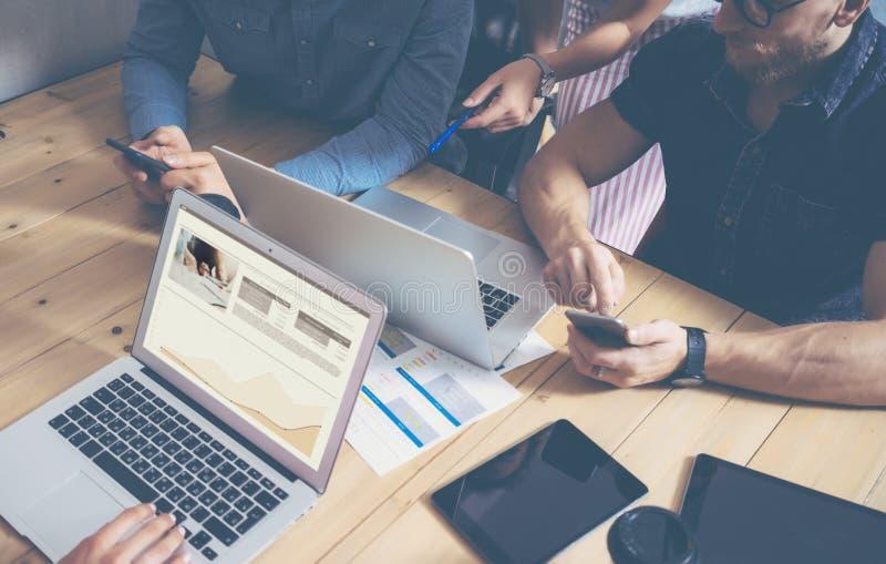 Marchés en ligne de Team Brainstorming Process Business Startup de collègues Dispositifs d'Using Modern Electronic de directeur c photo libre de droits