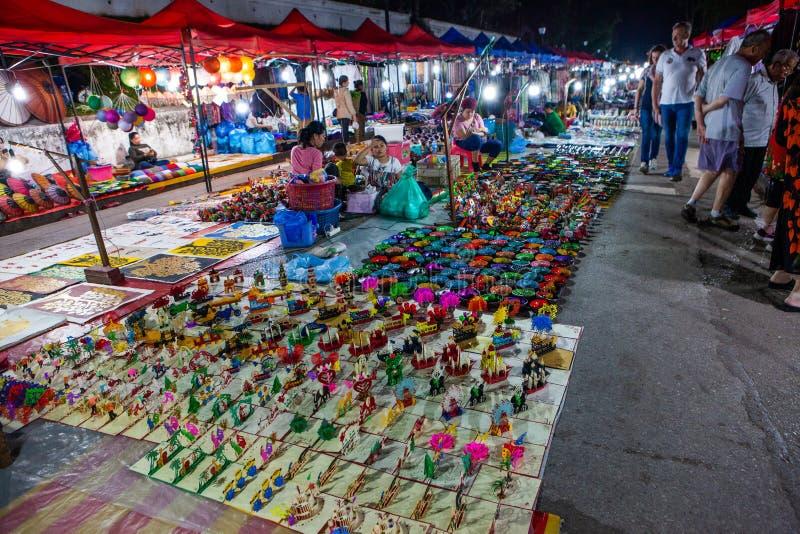 March? de nuit de Luang Prabang avec des stalles de souvenir images libres de droits