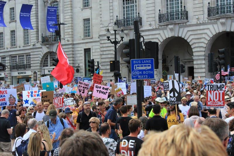 March de protestation d'atout Londres, le 13 juillet 2018 : Plaquettes d'atout d'anti-Donald photographie stock