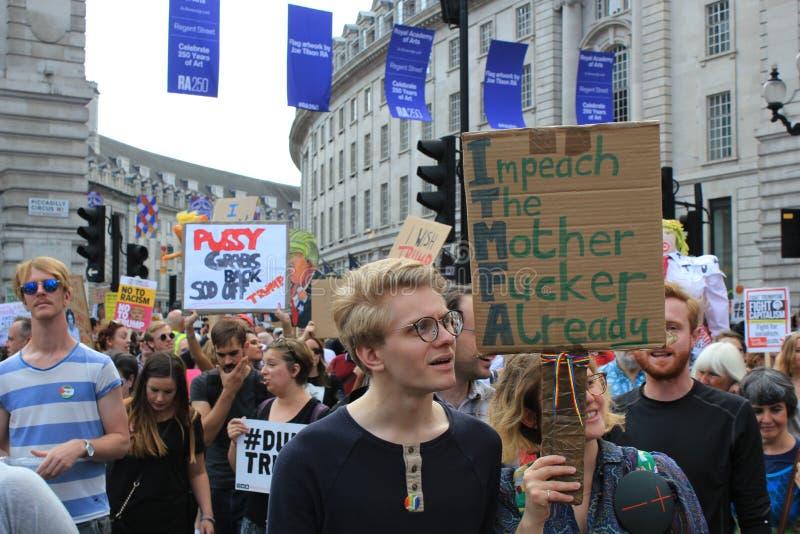 March de protestation d'atout Londres, le 13 juillet 2018 : Plaquettes d'atout d'anti-Donald photos libres de droits