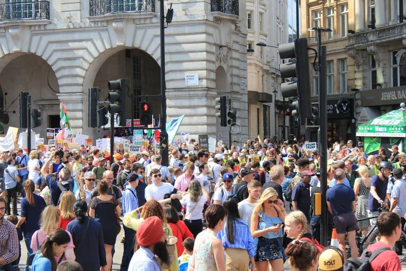 March de protestation d'atout Londres, le 13 juillet 2018 : Plaquettes d'atout d'anti-Donald photo stock