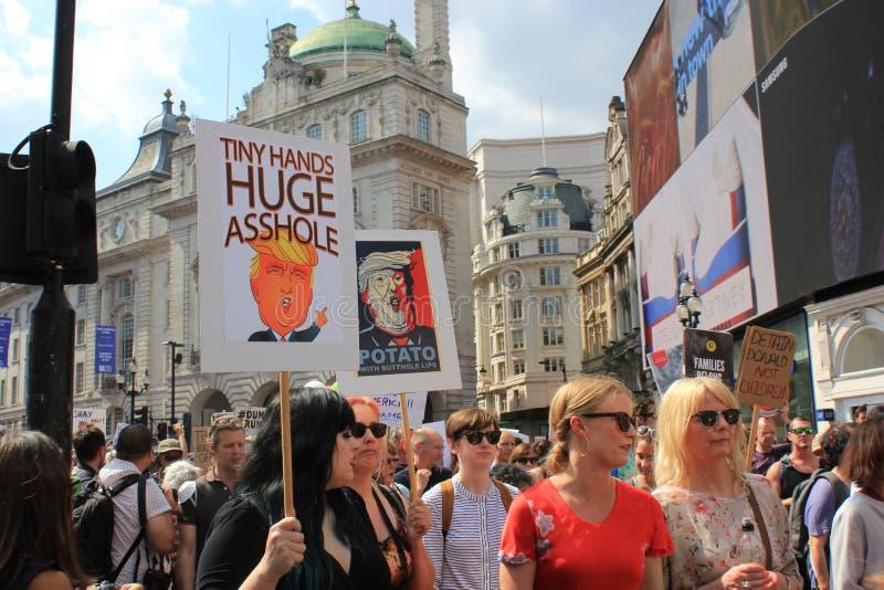 March de protestation d'atout Londres, le 13 juillet 2018 : Plaquettes d'atout d'anti-Donald images libres de droits