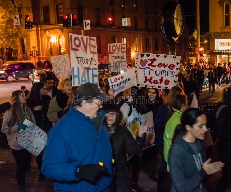 Marcha de protesto do ódio dos trunfos do amor - Saratoga Springs, NY imagem de stock