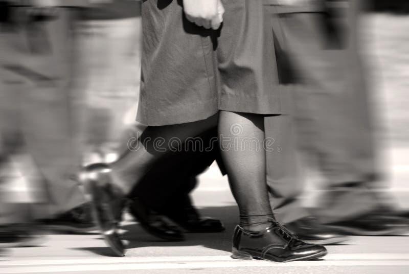 Marcha fêmea do soldado fotos de stock