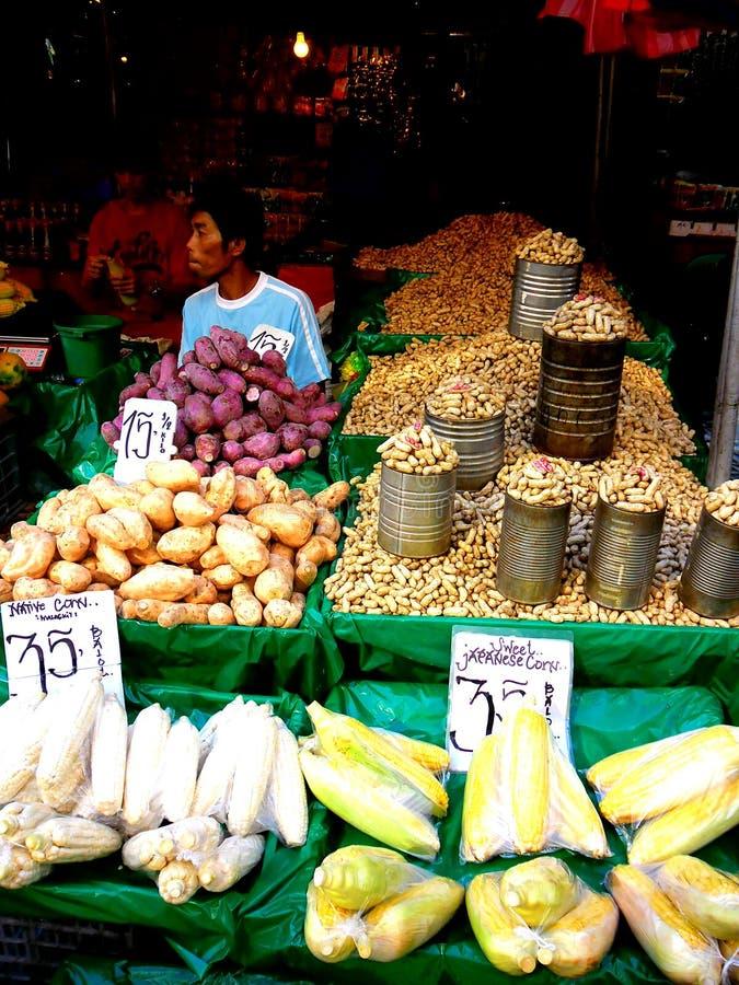 Marchand ambulant asiatique vendant des fruits et légumes dans le quiapo, Manille, Philippines en Asie photos libres de droits