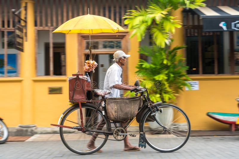 Marchand ambulant avec la bicyclette vendant des bonbons à Galle, côte sud, Sri Lanka image stock