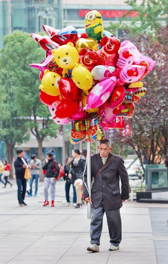 Marchand ambulant avec les ballons colorés, Chongqing, Chine image stock