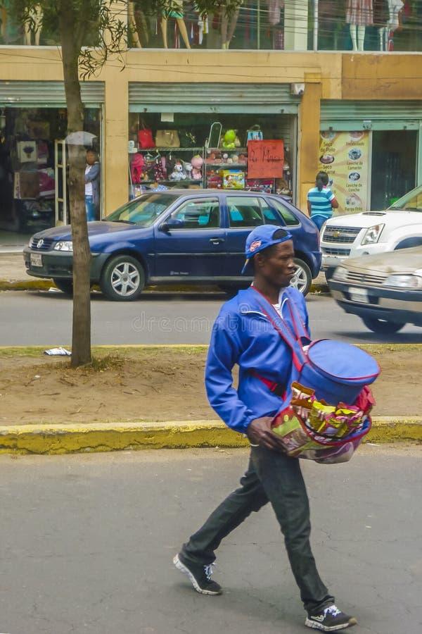 Marchand ambulant Crossing la rue Quito Equateur photos libres de droits