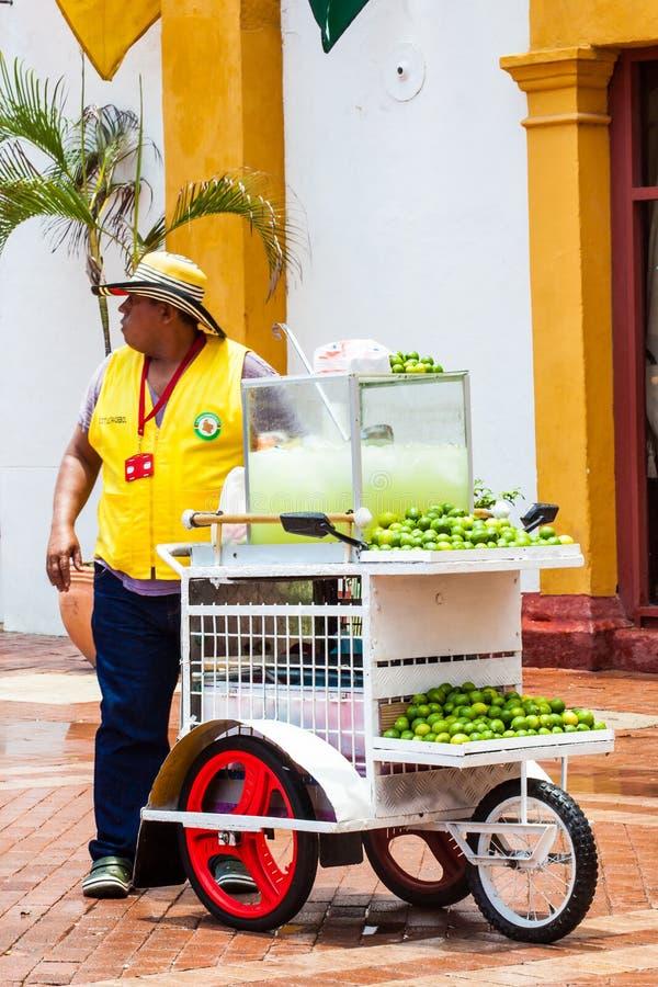 Marchand ambulant de limonade à la ville murée à Carthagène de Indias photo libre de droits