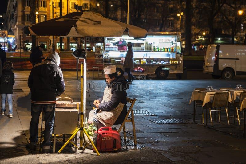 Marchand ambulant des châtaignes la nuit à Rome, Italie images stock
