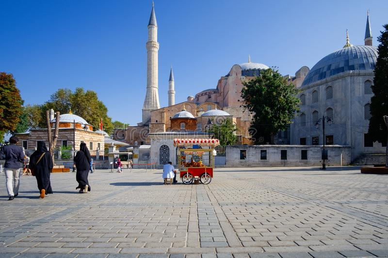 Marchand ambulant devant Hagia Sophia, Istanbul photo stock