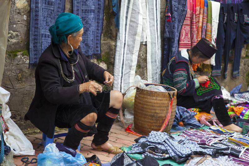 Marchand ambulant tribal de colline Sapa, Vietnam photo libre de droits