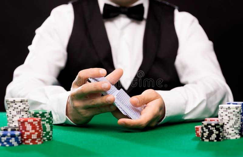 Marchand de Holdem avec jouer des cartes et des puces de casino photographie stock libre de droits
