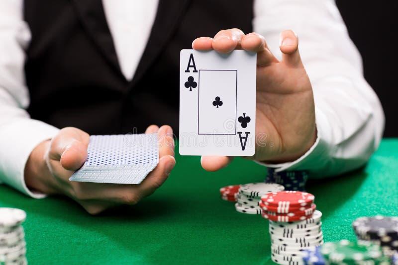 Marchand de Holdem avec jouer des cartes et des puces de casino image stock