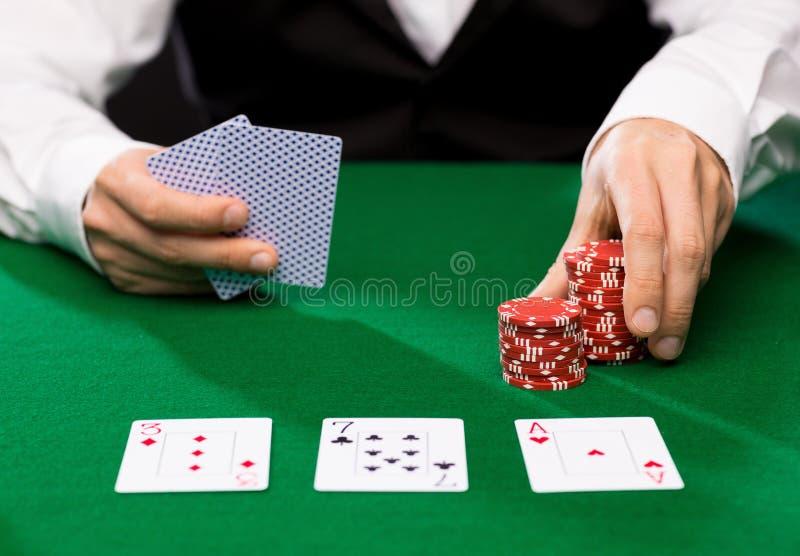 Marchand de Holdem avec jouer des cartes et des puces de casino photographie stock