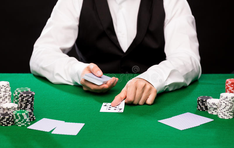 Marchand de Holdem avec jouer des cartes et des puces de casino photo libre de droits