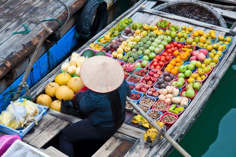 Marchand de légumes sur le bateau de flottement en bambou photographie stock