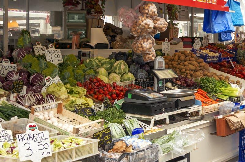 Marchand de légumes sur le nouveau marché de voisinage de Testaccio à Rome image libre de droits